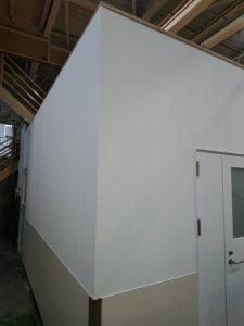 下地作成、気密性扉取付け、壁紙、床の張替え(Pタイル)